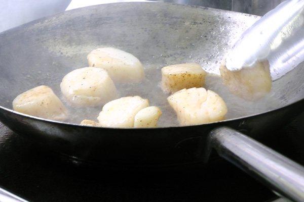 searing scallops
